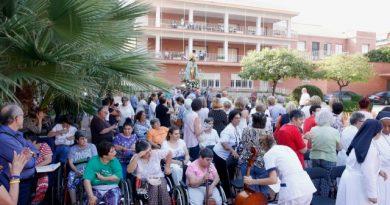 La imagen peregrina de la Virgen de los Desamparados visita el Cottolengo de Valencia