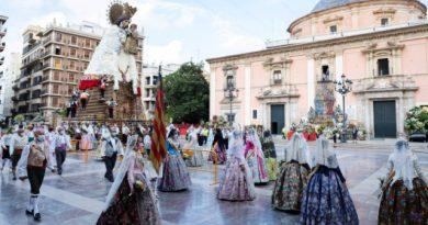 Concluye la ofrenda a la Virgen de los Desamparados de las fallas en pandemia
